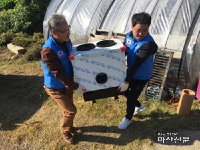 4. 새온양로타리-88자원봉사대, 주거환경개선 - 1번 사진 (연탄보일러 교체).jpg